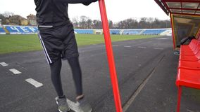 Молодой атлетический человек делая подогрев перед тренировкой и jogging акции видеоматериалы