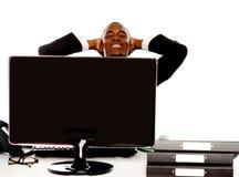 Молодой африканский бизнесмен ослабляя стоковая фотография rf