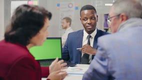 Молодой Афро-американский бизнесмен тряся руки акции видеоматериалы