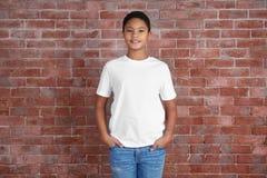 Молодой Афро-американский мальчик в пустой белой футболке стоковая фотография rf
