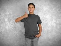 Молодой Афро-американский мальчик в пустой серой футболке стоковые изображения rf