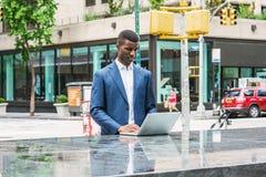 Молодой Афро-американский путешествовать бизнесмена, работая в новом Yor стоковое изображение rf