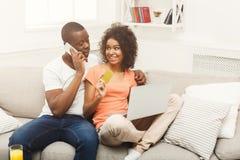 Молодой Афро-американский ходить по магазинам пар онлайн Стоковые Изображения RF