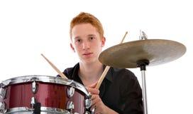 Молодой барабанщик играя нот стоковое изображение