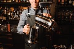 Молодой бармен pouting ясный алкогольный напиток стоковые изображения