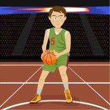 Молодой баскетболист на большой профессиональной арене во время игры Напряженный момент игры иллюстрация штока