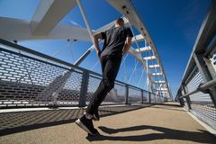 Молодой бег спортсмена на открытом воздухе стоковое фото