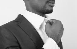 Молодой бизнесмен аранжирует в костюме стоковые фотографии rf
