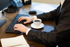 Молодой бизнесмен в офисе Стоковая Фотография RF