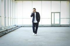 Молодой бизнесмен говоря по телефону стоковая фотография