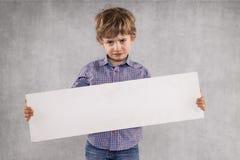 Молодой бизнесмен держит место для рекламы для продажи, сторона SED стоковая фотография rf