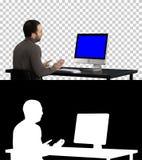 Молодой бизнесмен звоня видео- на его компьютере, канал альфы Дисплей модель-макета голубого экрана стоковые изображения rf