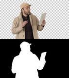 Молодой бизнесмен используя цифровой планшет звоня видео-, канал альфы стоковая фотография