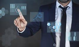 Молодой бизнесмен касаясь в виртуальном экране бесплатная иллюстрация
