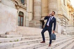 Молодой бизнесмен на лестницах стоковые изображения rf