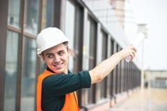 Молодой бизнесмен на планах строительного бизнеса стоковые изображения
