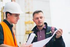 Молодой бизнесмен на строительном бизнесе планирует сделать их работу эффективный стоковые изображения rf