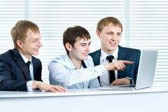 Молодой бизнесмен обсуждая проект Стоковые Фотографии RF