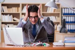 Молодой бизнесмен пристрастившийся к онлайн играя в азартные игры играть карточек в t Стоковые Изображения RF