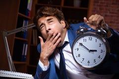Молодой бизнесмен работая в офисе вечером стоковая фотография rf