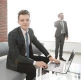 Молодой бизнесмен работая с компьтер-книжкой на офисе Стоковая Фотография