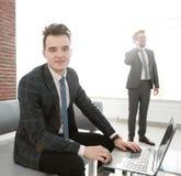 Молодой бизнесмен работая с компьтер-книжкой на офисе Стоковые Фотографии RF