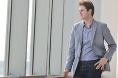Молодой бизнесмен самостоятельно в конференц-зале Стоковое Изображение RF