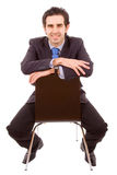Молодой бизнесмен сидя на стуле стоковая фотография rf