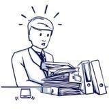 Молодой бизнесмен сидя на таблице перед большое количество папок Стоковые Фотографии RF