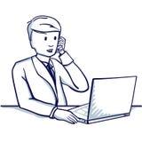 Молодой бизнесмен сидя на таблице, рядом с его компьтер-книжкой и говоря на мобильном телефоне Стоковая Фотография RF