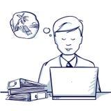 Молодой бизнесмен сидя на таблице, рядом с его компьтер-книжкой и мечтами каникул Стоковое Изображение RF