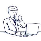 Молодой бизнесмен сидя на таблице, рядом с его компьтер-книжкой и выпивая чаем Стоковая Фотография