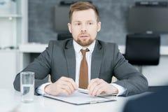 Молодой бизнесмен слушая к партнерам Стоковые Изображения