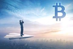Молодой бизнесмен смотря символ bitcoin иллюстрация штока