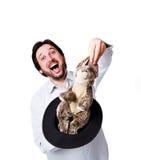 Молодой бизнесмен с кроликом в шлеме стоковое изображение