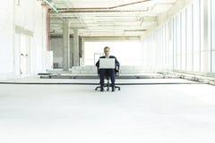 Молодой бизнесмен с ноутбуком стоковое изображение