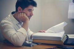 Молодой бизнесмен читая контракт Стоковые Фотографии RF