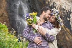 Молодой битник пар обнимая в природе Стоковые Фото