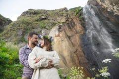 Молодой битник пар обнимая в природе Стоковая Фотография RF