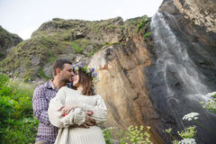Молодой битник пар обнимая в природе Стоковая Фотография