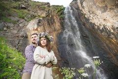 Молодой битник пар обнимая в природе Стоковое фото RF