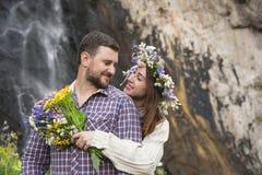 Молодой битник пар обнимая в природе Стоковые Изображения RF