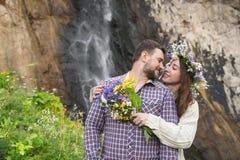 Молодой битник пар обнимая в природе Стоковые Изображения