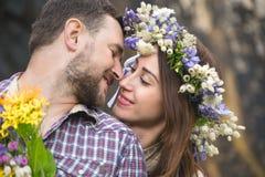 Молодой битник пар обнимая в природе Стоковое Изображение