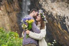 Молодой битник пар обнимая в природе Стоковые Фотографии RF