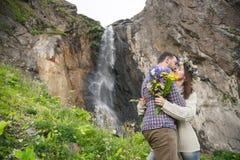 Молодой битник пар обнимая в природе Стоковое Фото