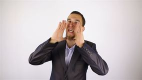 Молодой бородатый человек делает громкое заявление, жест видеоматериал