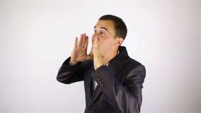 Молодой бородатый человек делает громкое заявление, жест акции видеоматериалы