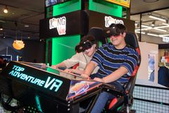 Молодой брат используя стекла шлемофона VR Стоковое Изображение RF