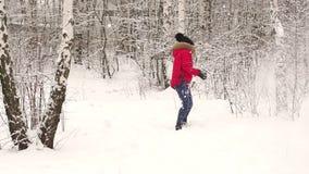 Молодой бросать пар снежные комья outdoors акции видеоматериалы